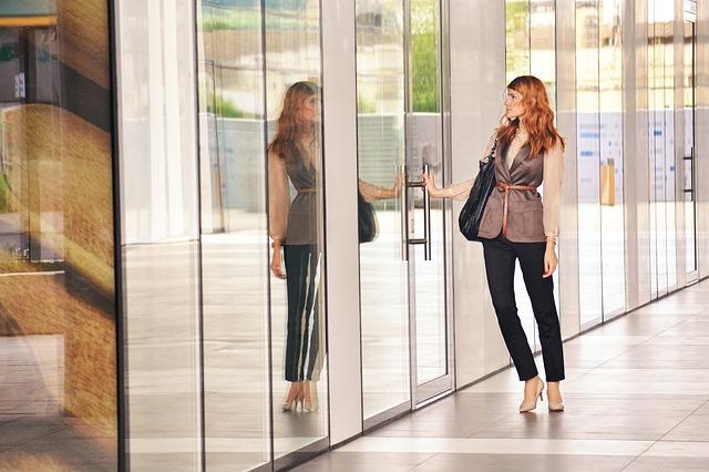 business-woman-opening-door-1997286_640